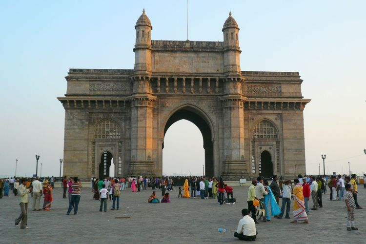 People in front of gateway of india