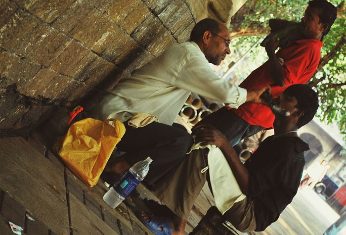 Snapshots Of Life Close Shave By The Roadside Mumbai India Outdoors Streetphotographer Streetphotography Indians
