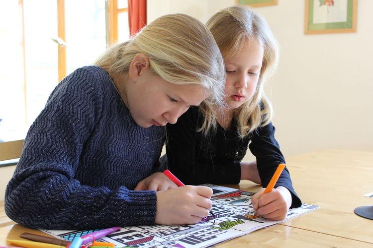 Bonding Casual Clothing Childhood Coloring Coloring Book Cute Elementary Age Front View Girls Indoors  Innocence Kleurboek Kleuren Leisure Activity Lifestyles Person Sitting Stiften Tekenen Three Quarter Length Togetherness