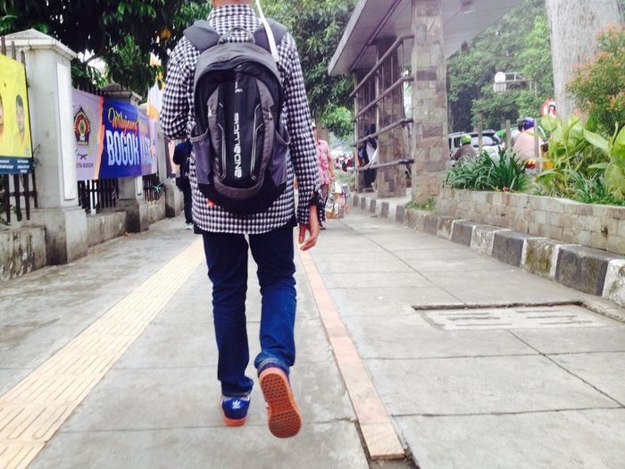 Berat ku melangkah IPhoneography Standing Real People Architecture Full Length One Person Casual Clothing City Day Outdoors Street