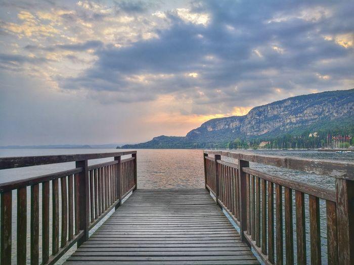 #lagodigarda #garda #Primavera #veneto Water Mountain Sea Beach Tree Sunset Sand Railing Sky Horizon Over Water