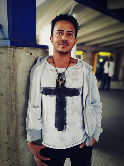 Ein Mann aus Eritrea. Huawei Photos Eritreische Männer Eritrean People Flüchtlinge Germany Today HuaweiP9 Huaweiphotography Huawei P9 Leica Huawei Photography HuaweiP9Photography Huawei P9 Plus HuaweiP9plus Huawei P9 Photos Huaweip9photos Huawei Shots Eritreisch Eritrea Eritrean Eritrean Men Eritreer One Man Only Portrait One Young Man Only Attitude Looking At Camera Only Men Young Adult One Person Front View Fashion