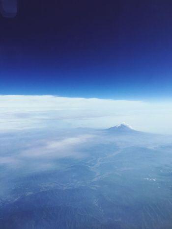 飛行機✈️から見えた富士山🗻堂々とそこにいる富士山を見て感動。 Clouds And Sky 希望 Nature EyeEm Mountain Mountain Fuji Japan Sky And Mountains Blue Sky Snow Mountain