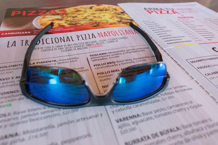 Gafas de sol y carta de comida Gafas Lentes De Sol Carta De Comidas Close-up Indoors  Lentes No People Restaurante Stock Market And Exchange Text The Media