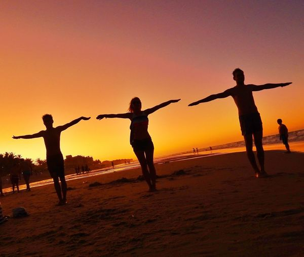 Abrace a liberdade Sunset Silhouette Beach Fun Togetherness Vacations Dusk Sun People Lifestyles Sand Outdoors Boys Adult Friendship Water Sea Nature Sky Photography Tranquility Dramatic Sky