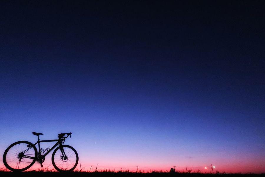 今朝の空は最高❗ 空気は澄んでて星はキラキラ✨ これは日の出前の空です 朝チャリ 朝 サイクリング ロードバイク 自転車 朝日 日の出前 Bicycle Silhouette Star - Space Purple Blue グラデーション Gradation Gradationcolor Nature Beauty In Nature Sunrise Sky Cycling Sunset Milky Way Galaxy Beauty In Nature Silhouette