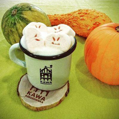 Zawitało do nas strasznie pyszne halloweenowe latte z rewelacyjnymi piankami. Macie ochotę na strasznie pyszną kawę? Straszniepyszne Codobregowrzeszowie Jestpysznie Kawanaporawenastroju Rzeszów Kawasamasięniezrobi Rzeszów Coffee Coffeetime Barista Aeropress Mobilnakawiarnia Kawa Instamood Instagood Instalove Instacoffee Igersrzeszow Kawarzeszowska Coffebreak Coffeetogo Coffeelove Love Photooftheday Happy bestoftheday instamood herbata kawarzeszowska