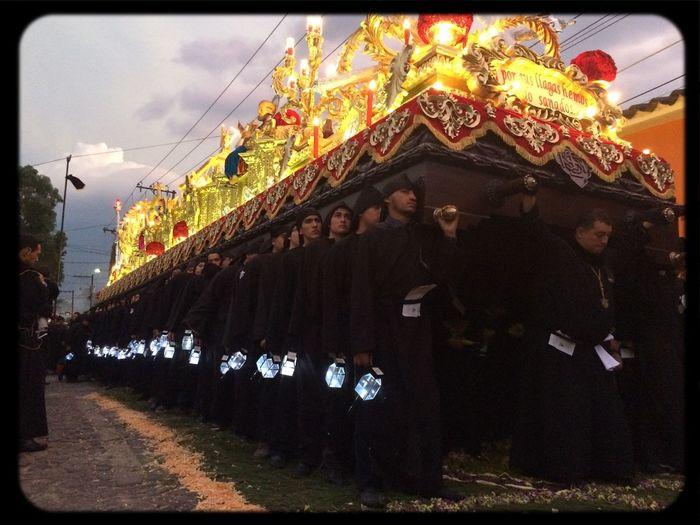 Viernes Santo en Antigua, Guatemala; procesión de la Escuela de Cristo.
