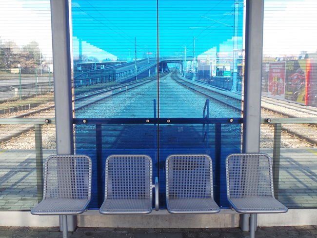 Zug Train Haltestelle Trainstation Schienen Rails Railstation Glass Glas Seats Bank Scs Vösendorf Badner Bahn Tram Straßenbahn