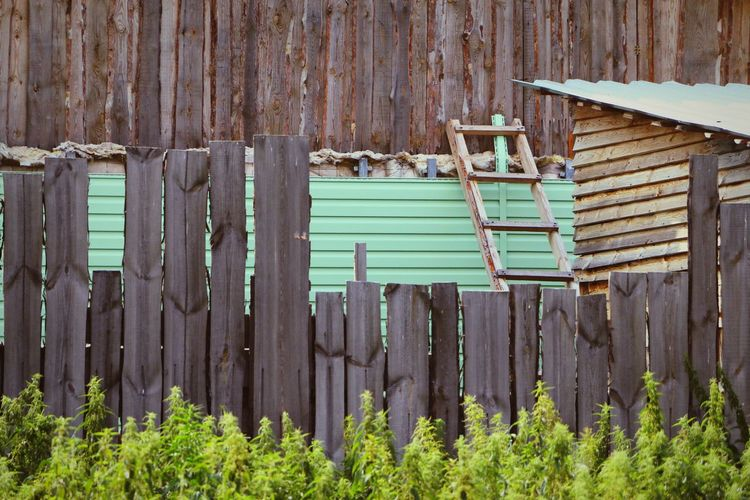 Русская деревня Corrugated Iron Wood - Material Close-up Green Color Picket Fence Latch Barbed Wire