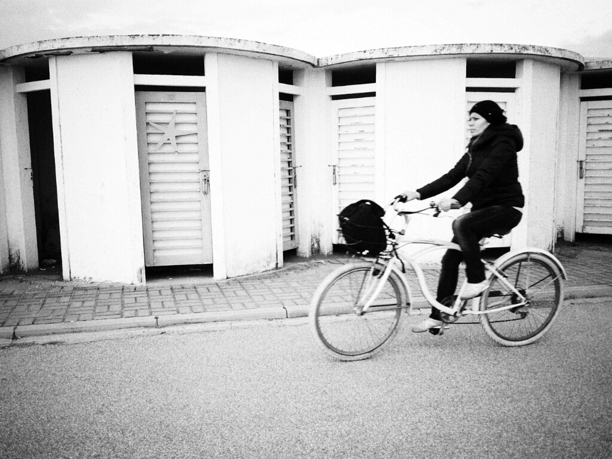 bicycle, building exterior, architecture, transportation, built structure, mode of transport, land vehicle, riding, men, full length, lifestyles, street, side view, cycling, stationary, city, parked, leisure activity