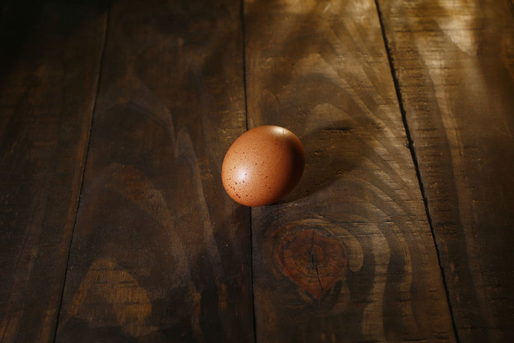 ovos caipira Food Food And Drink Egg Healthy Eating Freshness Table Wellbeing Still Life Brown Wood - Material Close-up Indoors  Raw Food No People High Angle View OVO Single Object Directly Above Wood Animal Egg Nature Wood Grain Ovos Caipira