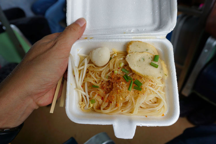 """We call """"Ratchaburi Noodle"""" When we arrived Ratchaburi railway station, we can get it there. It's very only 10 baht (small size) and I have to hurry, because train stop very short time. I bought 3 pack for my someone travel by train in Thailand (Southern Line) I'm strongly recommend """"Ratchaburi Rice Noodle"""". Thai Rice Noodles Food Food And Drink Food On The Thai Train Lifestyles Ready-to-eat Rice Noodle  Take Away Food Testy Thai Food Yummy"""