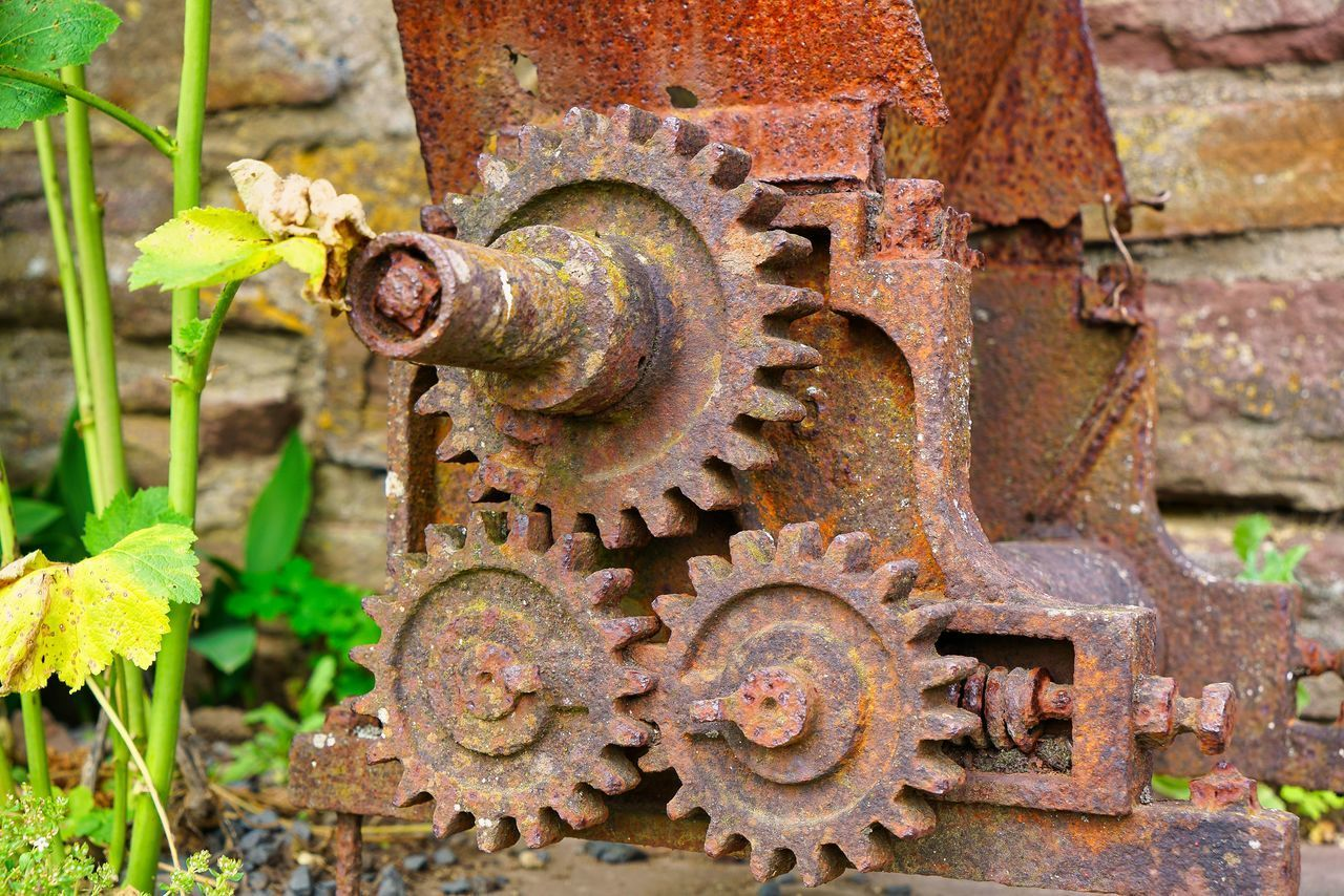 CLOSE-UP OF RUSTY MACHINE PART OF OLD MACHINERY