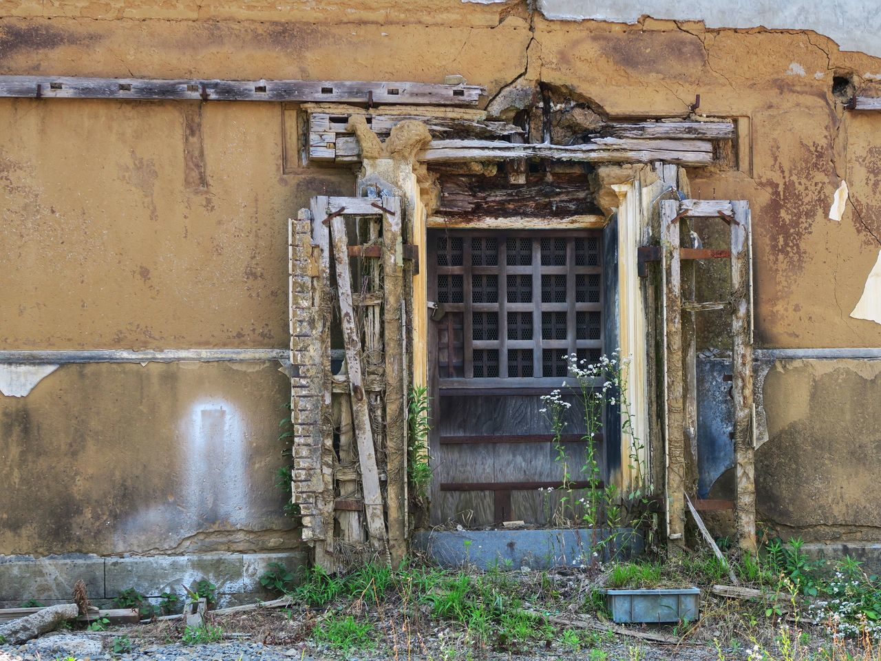 old, abandoned, architecture, damaged, door, weathered, no people, building exterior, built structure, day, bad condition, outdoors