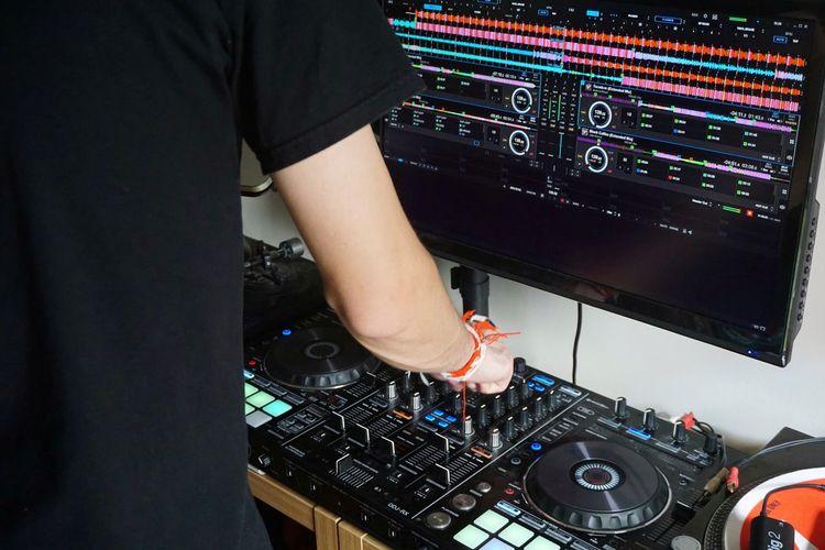 Ben Starmore https://soundcloud.com/ben-starmore/light-dark Human Hand Technology Dj Control Panel Sound Mixer Music Mixing Arts Culture And Entertainment Club Dj Occupation Dance Music Turntable Clubbing Nightclub Dance Floor Radio DJ
