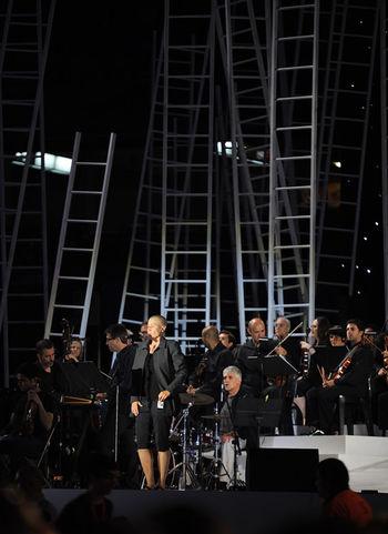 Mercedes Peón, gran voz.....no la conocia pero me impresiono muchisimo oirla cantar, una voz preciosa para la cultura galega... Tossudament Alçats