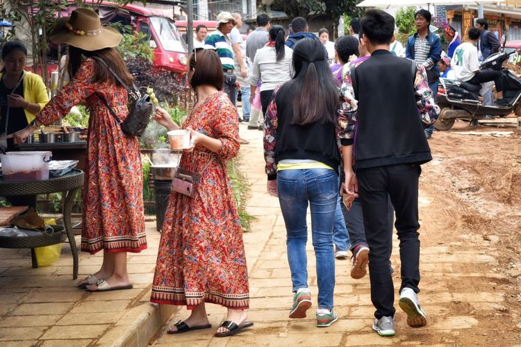 Everyday Lives Urban Lifestyle Adult Adults Only Day Full Length Large Group Of People Market Matching Clothes Matching Outfits Men Outdoors People Real People Street Photography Tourism Twins Women The Street Photographer - 2018 EyeEm Awards