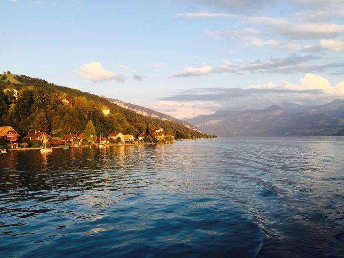 游船穿梭在图恩湖。Thun Lake, Switzerland. Beautiful Water Reflections Traveling