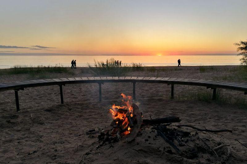 Beach Sunset Horizon Over Water Couples Walking Romantic Seaside Love Romantic Sunset Bonfire
