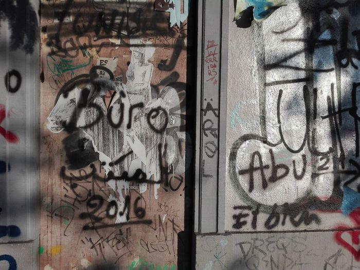 Close-up Graffiti Random Mess Office Büro 2016 Chaos Graffiti Wall Door Graffiti Photography Colorful Grunge Grunge It Up Light And Shadow Eyeemphotography Huawei P8 Lite. Rebelpunk Rebellious Contrast The Architect - 2017 EyeEm Awards Break The Mold Live For The Story