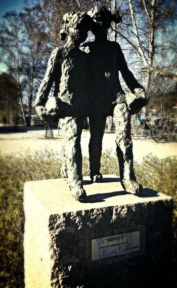 Gillade den här lilla statyn, vänner heter den. I really like this statue, it's called Friends Statue Statue Of Friends Art