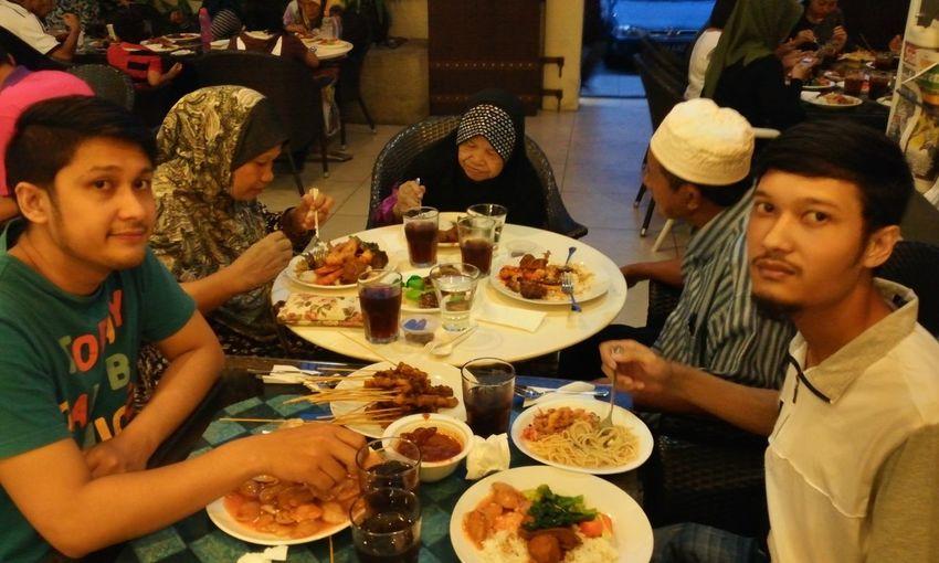 Photo Family Dinner berbuka puasa