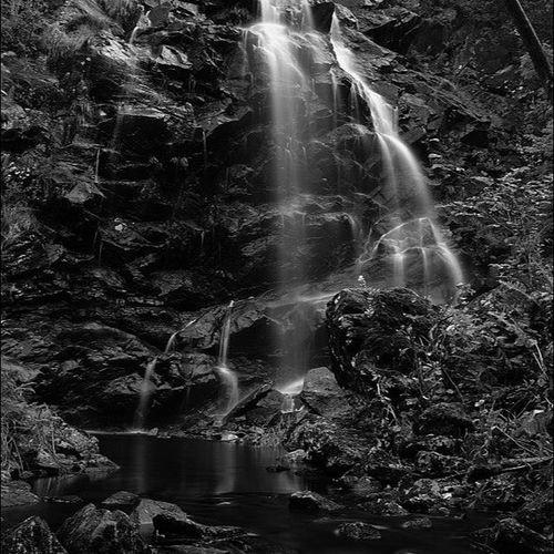 Lysegården Naturreservat Vattenfall Waterfall rocks bäck creek bnw forest skog foto fotonavsjoskum fotograf follow