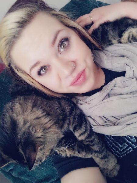Kitty scarf. Sleepy Kitty Catsofinstagram Cats Of EyeEm Cuddlin Kittens Hanging Out Enjoying Life Selfie