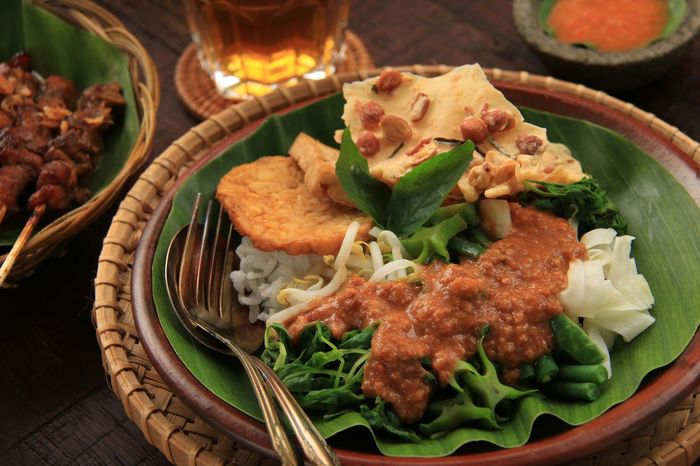 Nasi Pecel. Javanese traditional meal of steamed rice with vegetables, peanut dressing, tempeh, beancurd, and peanut crackers. Pecel Nasi Pecel Traditional Food Food Photography Indonesian Food INDONESIA Surabaya Surakarta Yogyakarta Javanese Kenikir Ulam Raja Long Beans Winged Bean Bean Sprout Cabbage Spinach Savory Food Spicy Food Dressing Peanut Sauce Salad Vegetable Food And Drink Food No People Freshness Indoors  Ready-to-eat Healthy Eating