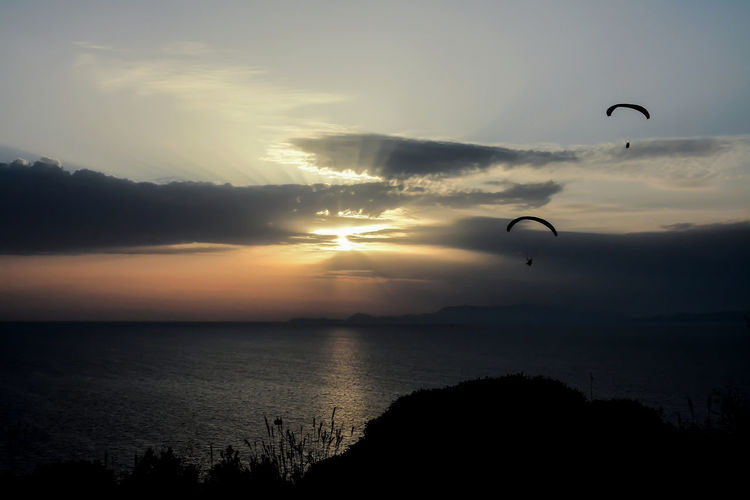 Adventure Beauty In Nature Cloud - Sky Extreme Sports Horizon Over Water Nature Outdoors Parachute Scenics - Nature Sea Silhouette Sky Sport Sunlight, Shades And Shadows Sunset Unrecognizable Person Water