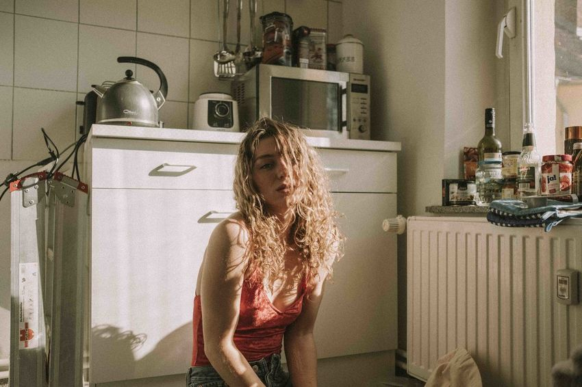 Laura Febr. 2018 Berlin Berlin Lifestyle Sunrays Indoors  Kitchen Naturallight Real People