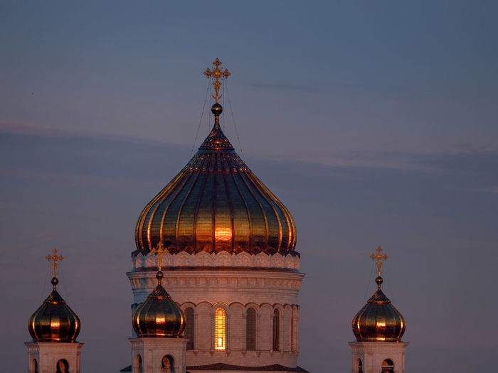 Russia, Moscow, Cathedral of Christ the Savior at dawn Cathedral Of Christ The Savior Moscow Russia Russia россия Architecture Belief Building Building Exterior Built Structure Dome Government History Nature No People Place Of Worship Religion Sky Spire  Spirituality The Past Tourism Travel Travel Destinations