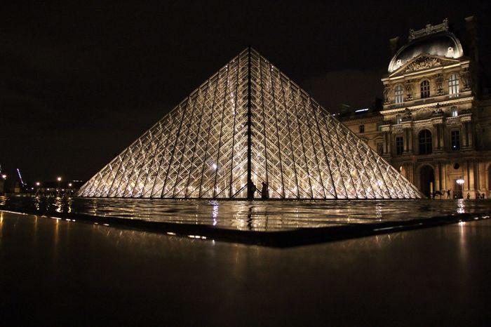 Attendre......et avoir les yeux qui brillent..... Hanging Out Taking Photos Pyramide Du Louvre Paris