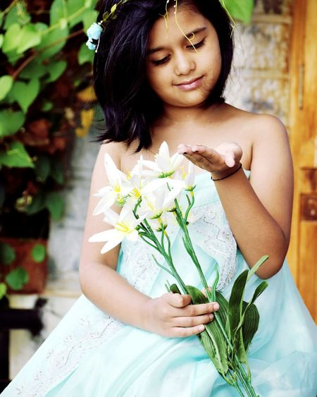 u don't always have to be perfect to be amazing! Gorgeous ♥ Beautiful Girl Kido Kidsphotography Flowers Nature Garden Flower Portrait Bouquet Leaf Holding EyeEmNewHere EyeEm Ready