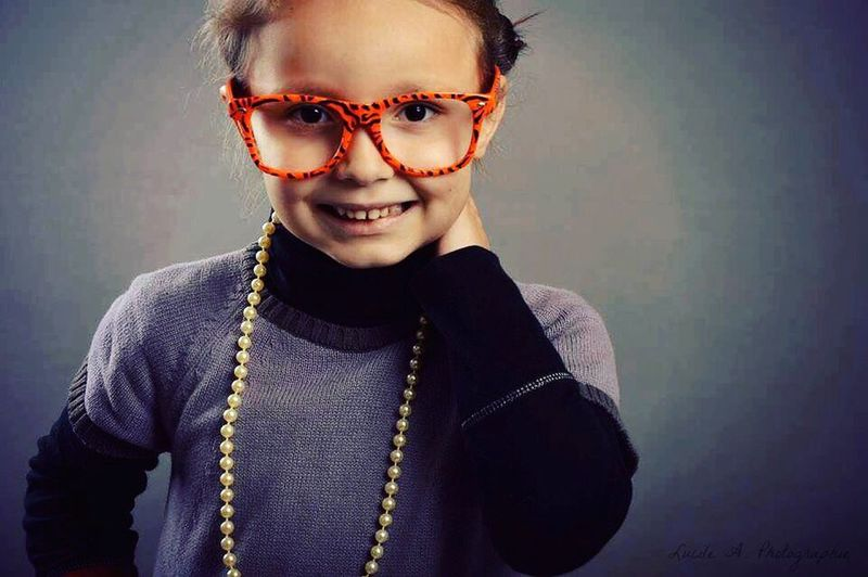 Petite fille. Fille Enfant Lunette Collier Sourire Studio