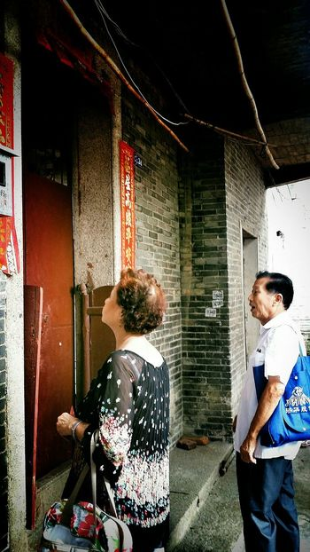 Mother knocks and knocks on the door of her second Childhood Home in a village in Jiangmen Guangdong China Travelphotography Streetphotography