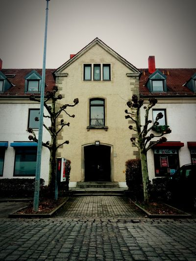 trees and building Ausergewöhnich Trees Building Architecture Building Exterior Built Structure Outdoors No People Day Façade