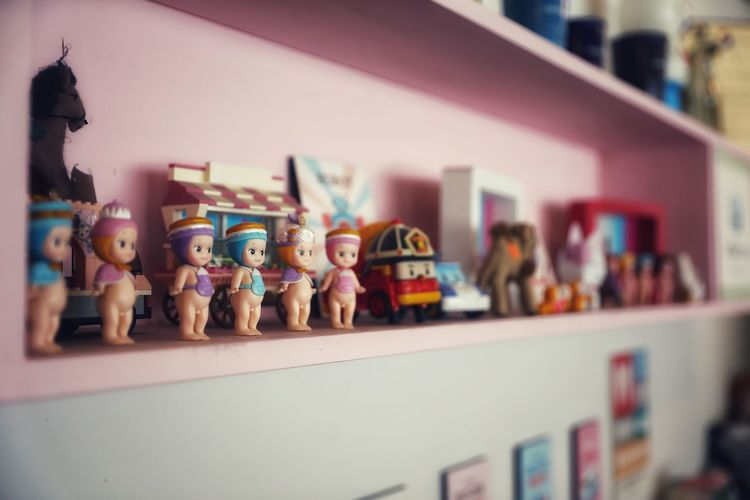 아기자기한 소품들이 주는 느낌들 . . #하루한컷 #안테리어소품 #통카롱 #5DMARK4 #신계륵 #EF2470F28LIIUSM Bookshelf Model - Object Shelf Choice Store Retail  Consumerism Variation Arrangement Figurine