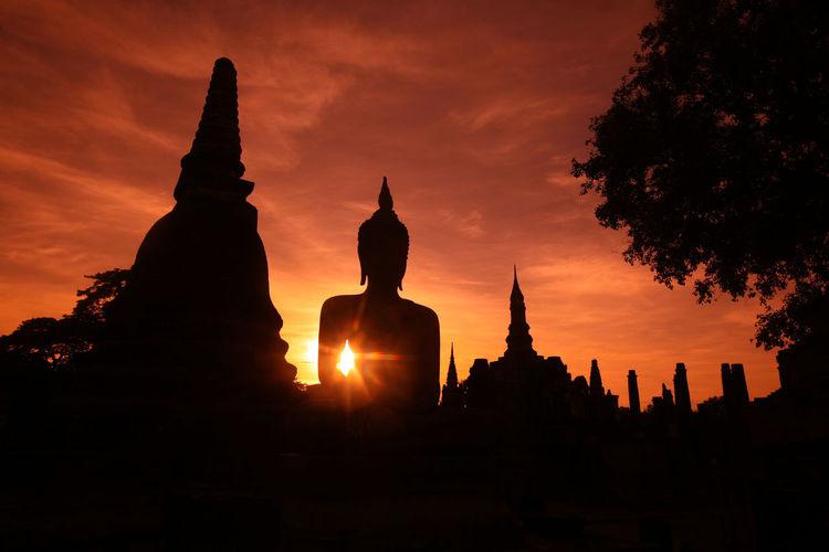 ASIA Southeastasia Thailand Sukhothai Temple Wat Ruin Landmark Old Sukhothai Mahathat Mahathat Temple Architecture Historical Park Phra Mahathat Wat Mahathat Night Evening Buddha Stupa Temple Ruins Shrine Sunset