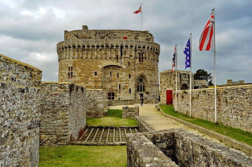 Le château de Dinan (Côtes-d'Armor) est un monument historique se situant au sud de la ville. C'est un ensemble composite, constitué à la fin du xvie siècle par le duc de Mercœur à partir de trois éléments initialement distincts : le Donjon ducal construit dans la décennie 1380 , la porte du Guichet (XIIIème siècle)et la tour Coëtquen édifiée à la fin du XVème siècle. L'ensemble fait partie de l'enceinte urbaine de Dinan, autrefois la troisième plus importante de Bretagne après celles de Nantes et de Rennes. Depuis le 12 juillet 1886, le Château de Dinan est classé au titre des monuments historiques1 Bretagne France Côtes D'Armor Dinan Bretagne France Tourisme Arch Château Fortification Monument Historique Visite Arch Bridge Historic Fortified Wall Archaeology Ancient History Medieval Fortress
