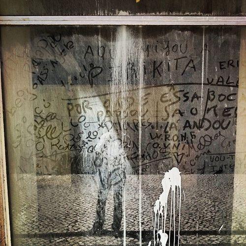 O comércio tradicional da baixa de Coimbra hoje tem apenas mensagens como montra para a rua.
