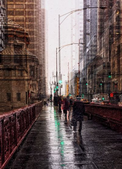 Chicago bustle🚦🚥 ✅ Forge ahead Chicago Is My City Chicago My City Riverwalk Crossing The Street Crossing Bridge Urban Geometry Cityscape City Classic Architecture Old Architecture Building Exterior Architecture City Transportation Wet Built Structure Mode Of Transportation Street Rain Road My Best Photo