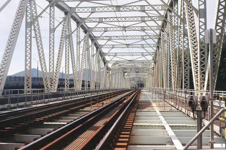 犬山 橋 鉄橋 犬山橋 Bridge Railroad Railway 線路 かつては車との併用橋でこの線路の横が道路でした、なので車が走っているすぐ横のギリギリの所を電車が走っていたそうです。今は鉄道専用になりました。