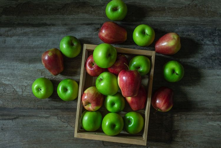 Apple Apple - Fruit Mix Green Healthy Eating Food Food And Drink Healthy Eating Fruit Freshness Still Life Wellbeing Green Color Close-up Wood - Material High Angle View Arrangement Organic Table Variation