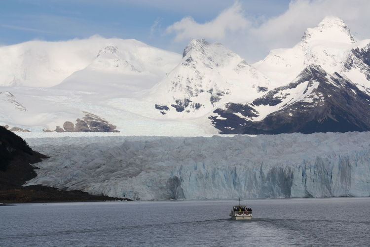 Adventurous trip by boat in a spectacular icy area