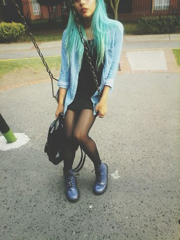 Vivo cada dia del momento🌸🌸🌹 Taking Photos Hanging Out That's Me Legs BlueHair★ GrungeStyle First Eyeem Photo Piercings Colorfulhair Outfit #OOTD