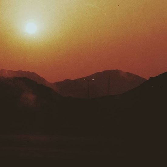 تأمَّلتُ الغروبَ ففاضَ حِسِّي وأسْمعتُ الفؤادَ قصيدَ شمْسِ أناجيها: ألا يا شمسُ بوحي لعلِّي أن أغادِرَ صَمْتَ حبْسي غروبُك موعدي، لا تَنكُثيهِ فيومي في غيابكِ مثلُ أمسي تصويري  فوتو_عرب فوتوغرافي صور رمزيات  يومياتي مصورة_مبدعة مصوره غروب_الشمس بدون_تعديل شعر خواطر Vscocam