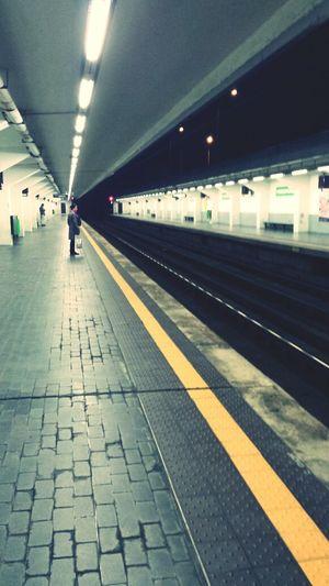 si aspetta la metro..