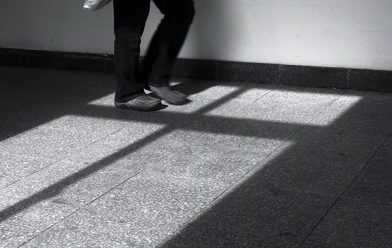 Hello World Walking Around Black And White 十字架 Streetphotography Monochrome